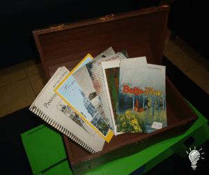 Na recepção tem um baú com livros (tesouros) de José Luiz de Oliveira