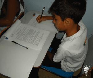Gustavo escrevendo seu tema
