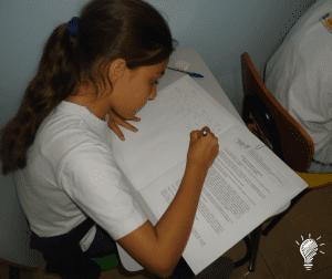 Gabriela escrevendo sua ideia literária
