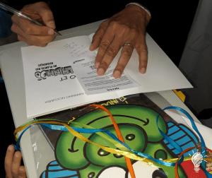 Nosso escritor autografando no estande