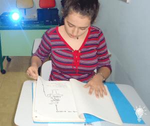 Ana Laura, da turma B, conhecendo o original de um livro