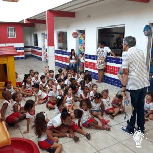 O escritor Marcio Marinho Nogueira contando as histórias de seus livros para as turmas do Maternal e do Jardim