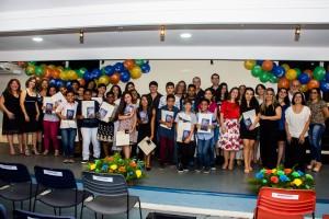 Foto oficial com os alunos e as alunas, além da equipe do Colégio Delce Horta e a equipe da Criativa Leitura, após a entrega dos certificados